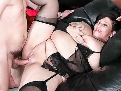 SCAMBISTI MATURI - Italian mature BBW squirts while getting pussy and ass banged