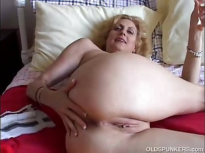 Cougar fucks her pussy and ass